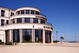 Vorschaubild Portfolio Architekturfotografie - Hotel an der Ostsee Eingangsrotunde bei strahlend blauem Himmel