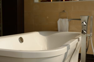 Detail einer freistehenden Badewanne mit Armatur