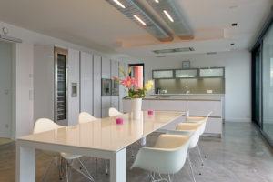 Küche mit Industrieboden und klaren Fronten in weiß und grau