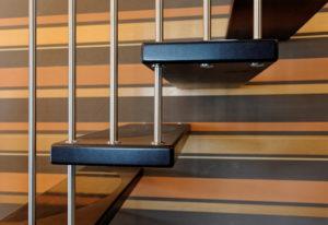 auf dem Bild ist ein Ausschnitt einer Systemtreppe mit Relinggeländer