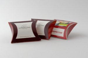 Das Bild zeigt drei Verpackungen für ein Betthupferl