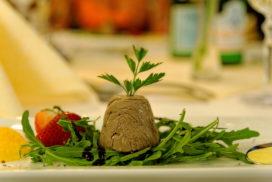 Vorschaubild Portfolio Foodfotografie - angerichteter Teller einer Vorspeise mit Pastete Salat und Obst garniert mit Petersilie