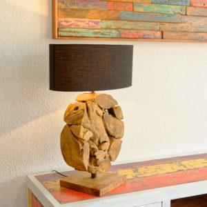 eine Tischleuchte mit Ständer aus einer Scheibe rundem Wurzelholz und ovalem Lampenschirm