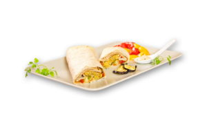 der Freisteller zeigt einen angeschnittenen Wrap mit gegrilltem Gemüse und Kräutern als Dekoration auf einem Teller