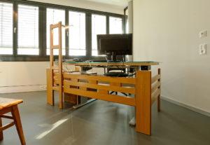in einem Büro steht ein Arbeitstisch, der aus Teilen eines alten Stockbettes umbaut wurde