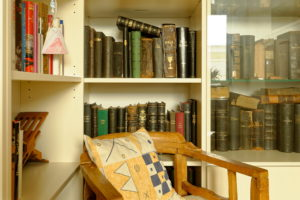 ein Regal mit alten Büchern und Bibeln
